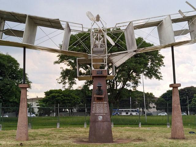 Quem nunca passou pela enorme rotatória que compõe a praça, colada no Campo de Marte?
