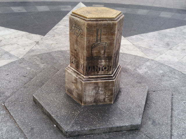 A peça que marca o centro oficial da cidade é de Jean Gabriel Villin e Américo R. Neto e foi construída em 1934.