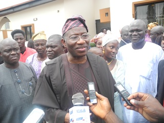 President Jonathan speaking with journalists at the Abatis home in Abeokuta today
