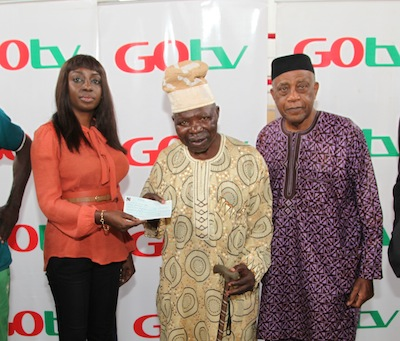 Efe Obiomah, Public Relations Manager, GOtv (left) presenting a cheque of 25 percent of the total ticket sales for the 3rd GOtv Boxing Night to ex-boxer, Dele Jonathan (middle),  while Dr. Godwin Kanu, President of the NBB of C looks on at National Stadium, Surulere, recently.