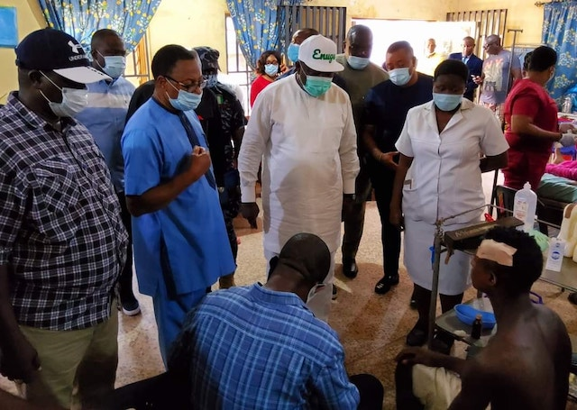 Governor Ifeanyi Ugwuanyi in ESUT Hospital Enugu to check on the victims of the crazy policeman