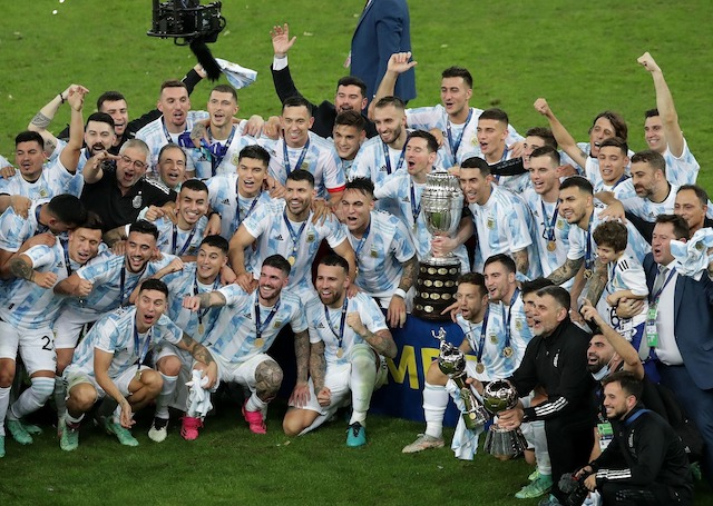 The Full Argentine team celebrate victory
