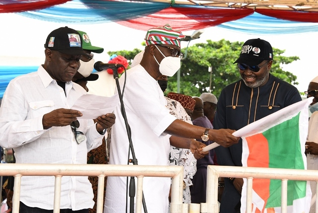 Sanwo-Olu hands over flag to one of the APC LG candidates