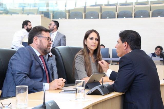 Los panistas Jesús Oviedo y Libia García con el perredista Isidoro Bazaldúa. Fotografías del Congreso del Estado