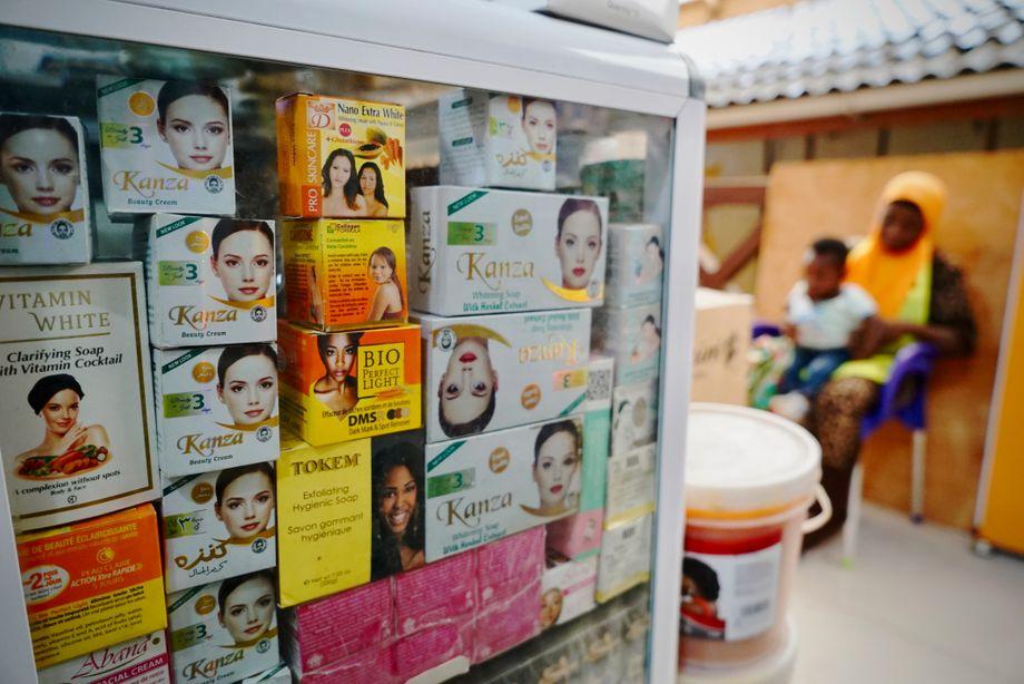 منتجات التبييض متوفرة في كل مكان ، كما هو الحال هنا في سوق ماكولا في أكرا