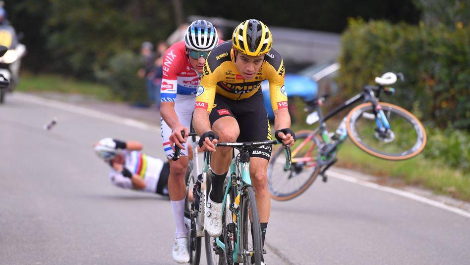 https www spiegel de sport flandern rundfahrt mathieu van der poel siegt julian alaphilippe kracht in motorrad a eb4eaf83 d891 4e54 ab76 548bf7d6dc39