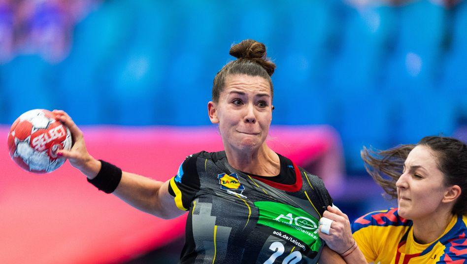 https www spiegel de sport handball deutsche handballerinnen siegen auch ohne den bundestrainer zum em auftakt a 92e51d0d 1edb 4f23 8442 eaac3a692349