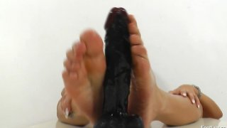 Shorthaired_chick_feet_fetish Preview Image