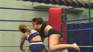 Nude wrestlers Lisa Sparkle & Linda Ray gonna have a fight Preview Image