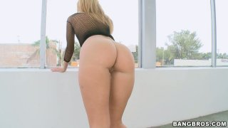 Whorable blond head Jessie Rogers gives a stout blowjob for sperm Preview Image