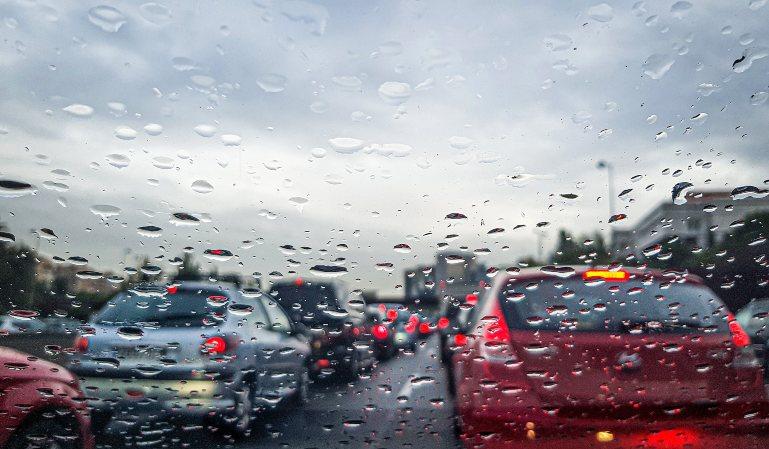 Recomendaciones de seguridad para conducir con viento y lluvia