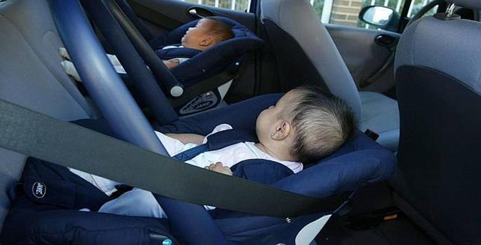 Las excepciones para que los niños se coloquen en el asiento delantero de los coches