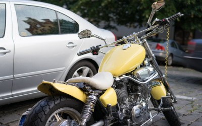 En el aire miles de multas por estacionar motos en la acera