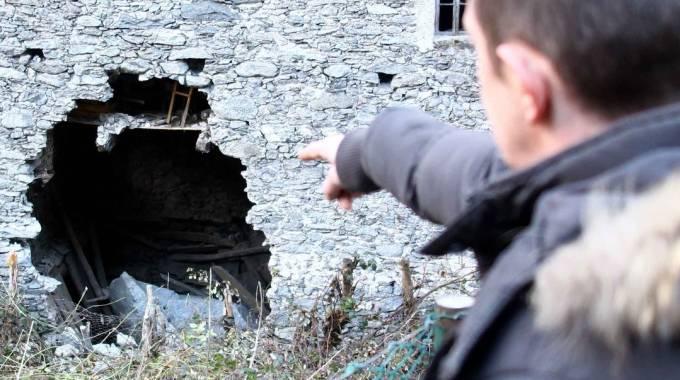 Quel che resta della cascina colpita da uno dei massi staccati a circa 1.100 metri