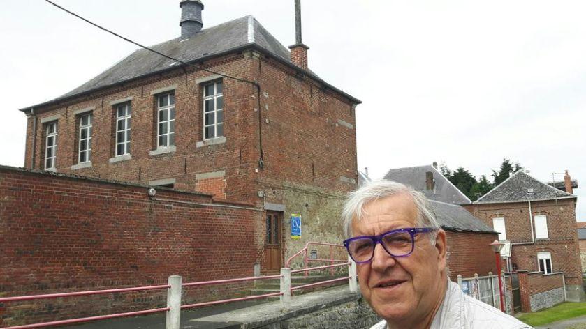 Daniel Jopek le maire de Beugnies devant son ancienne école devenue mairie