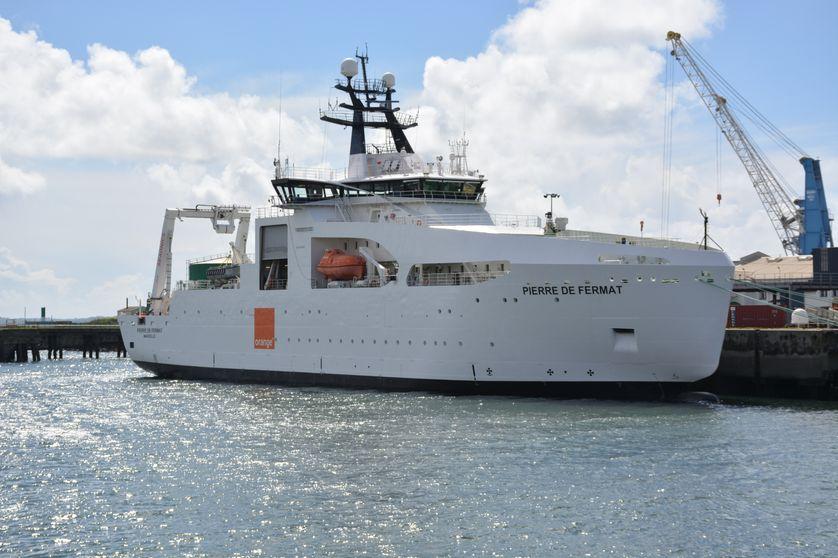 Le navire câblier Pierre de Fermat, propriété d'Orange Marine, dans son port d'attache de Brest. Le bateau mesure 100m et pèse 4800 tonnes à pleine charge.