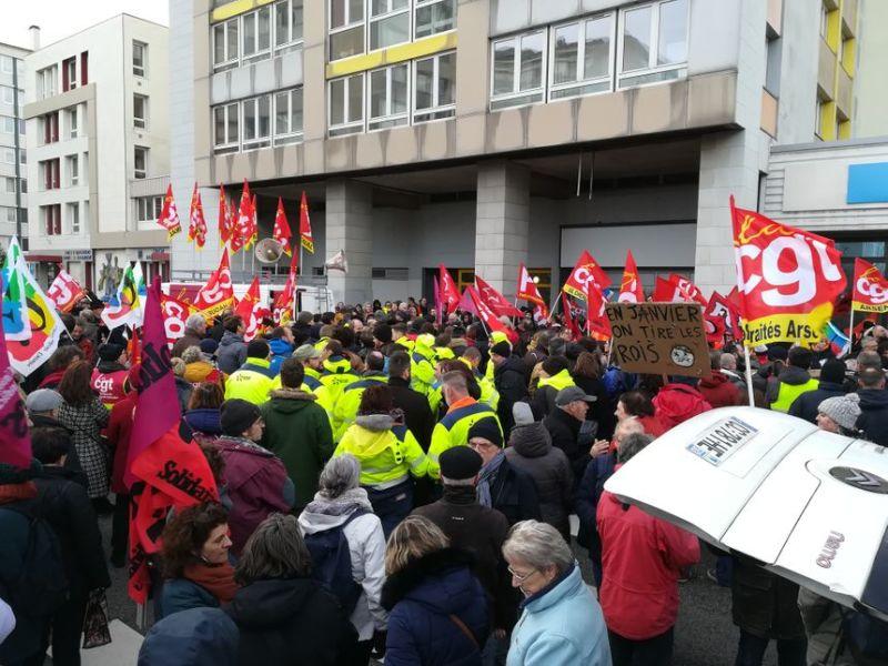 """Au cri de """"la réforme à la poubelle"""", les manifestants ont appelé la députée Sonia Krimi à demander l'abandon de la réforme. - Radio France"""
