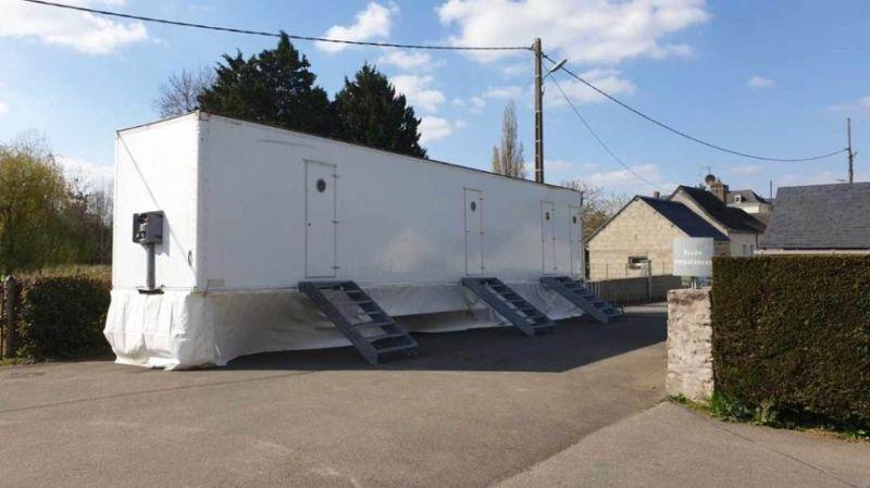 Les soignants de l'Ehpad de Bouère dorment dans des remorques dortoirs pour limiter leurs déplacements. - Radio France