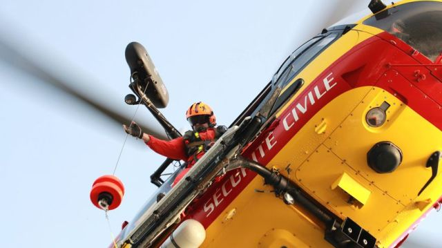 Deux plaisanciers ont été récupérés par l'hélicoptère Dragon 50 au large de Granville (photo d'illustration)