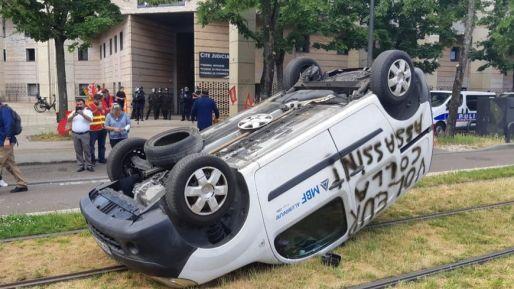 Les salariés en colère ont retourné une voiture de l'entreprise.