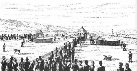 Gravure de la première édition de Wimbledon, en 1877. Le club house est situé sur la gauche (au loin). Worple Road est sur la gauche et sur la droite se trouve la voie ferrée des chemins de fer de Londres et de Southampton.