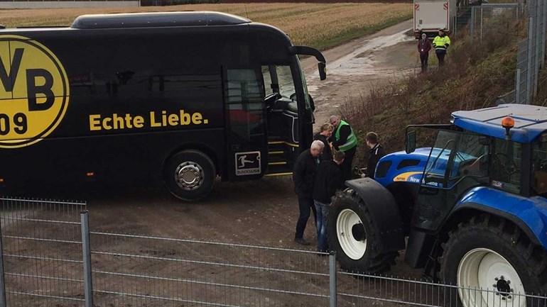 Autocarro do Borussia Dortmund teve de ser rebocado... por um trator