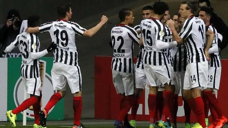 Eintracht Frankfurt é o primeiro semi-finalista da Taça
