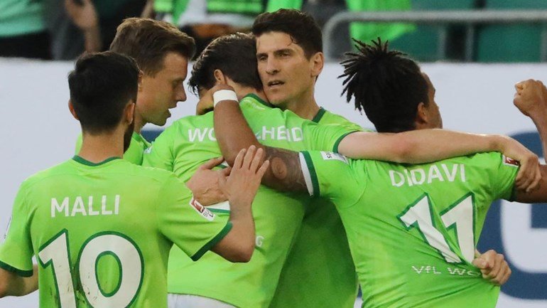 Mario Gómez põe Wolfsburgo em vantagem no playoff
