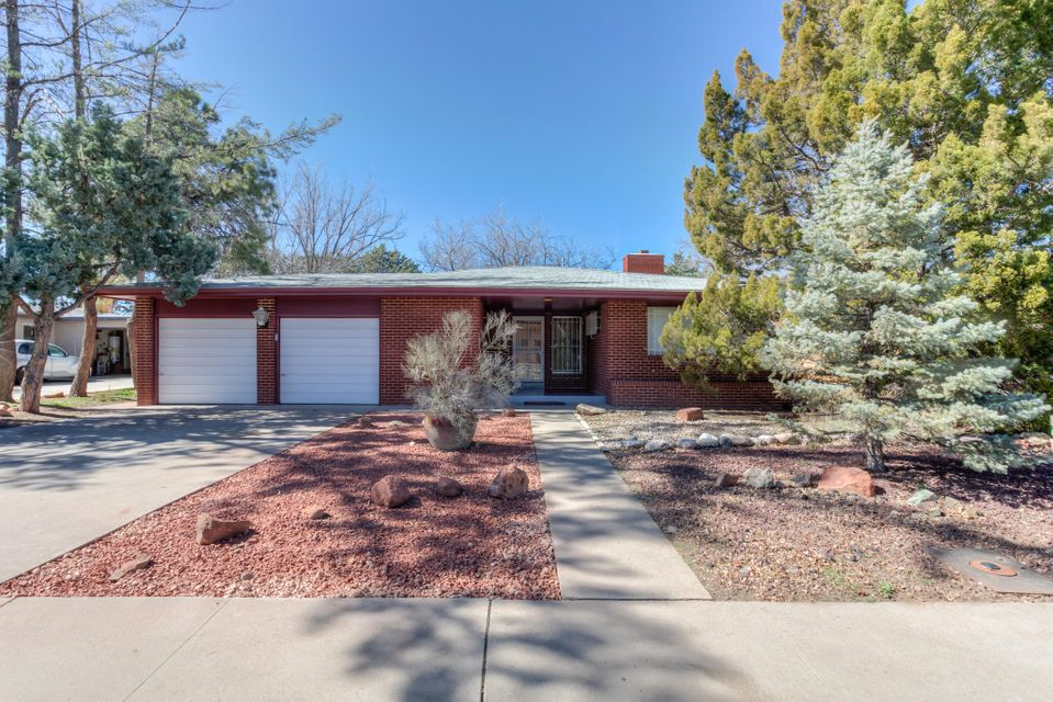 Look no further, Perfect Location for quick access to Nob Hill, UNM, Downtown & Uptown. Beautiful renovated  modern kitchen, giant open kitchen/dining/family room. Tons of cabinets & counter space, Quality stainless appliances. Hardwood floors throughout. Come see for yourself! *Motivated Seller !! Make an offer !!