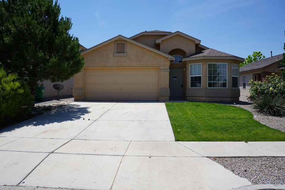 Beautiful 4 Bedroom DR Horton Kodiak Floor Plan. New Flooring, Carpet, Paint.... Shows like new.. Vaulted Ceilings , Fireplace, 2 Living Areas, 2 Dining Areas... and more.  Move In Ready   - Daily Showings Available