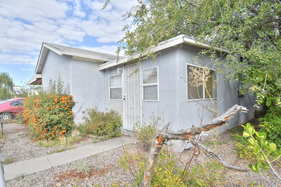 Welcome to this cute home located in the heart of the South Valley. Home has 1075 sq Ft, 3 bedrooms and 1 full bath, nice back yard. Plus a guest house of 312 sqft alley.