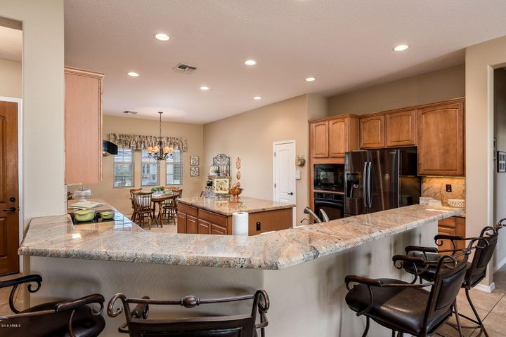 Large Spacious Kitchen with Island