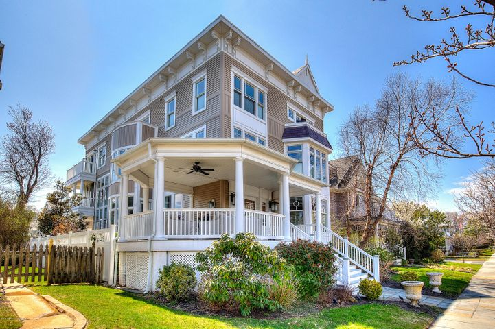 Magnificent shore home with back house.