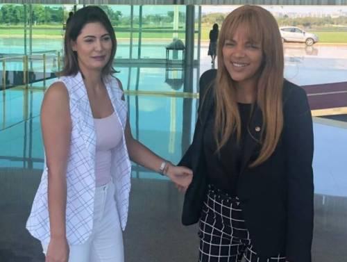 Amiga da primeira-dama, Flordelis entrega passaporte diplomático, concedido  por Bolsonaro, à Justiça | Revista Fórum