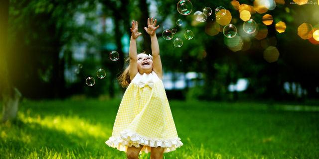 Cute Little Girl Playing Bubble Wallpaper Come Crescere Un Bambino Felice Prima Dei 3 Anni Ecco I