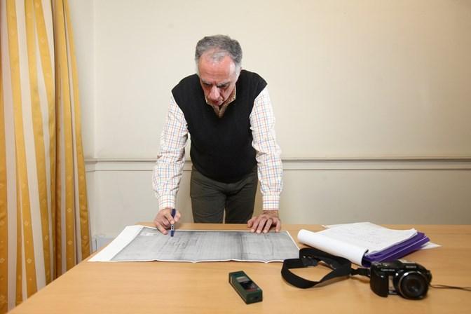 José Araújo, avaliador há 10 anos, estuda a planta de uma casa em Lisboa