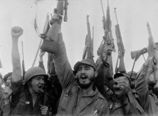Ο Φιντέλ Κάστρο και οι άνδρες του πανηγυρίζουν, κρατώντας τον αμερικανικό εξοπλισμό των αιχμαλώτων, μετά την αποτυχημένη εισβολή.