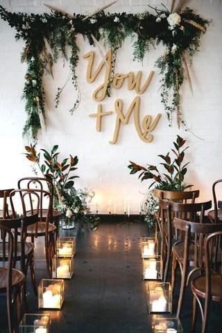 Altar de casamento com letras na parede e composição de planta como moldura. Imagem Pinterest via Blog Elo7
