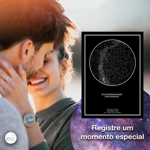 Casal em momento romântico com poster preto do Mapa do Meu Céu em primeiro plano