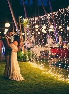 Casal dança próximo a cortinha de luz. Imagem Pinterest via Tudo Especial.