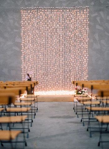 altar de casamento com cortina de luzes. Imagem Pinterest via Lápis de Noiva