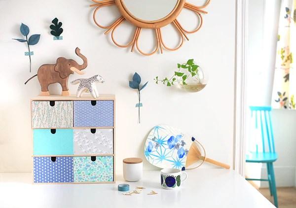 un meuble avec du papier japonais