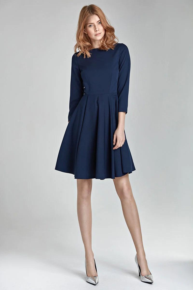 Quelle couleur de chaussures porter avec une robe bleu marine
