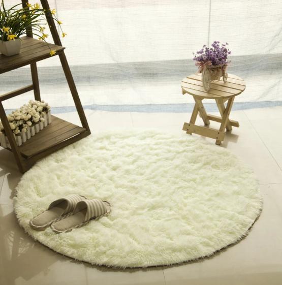 tapis rond a poils longs et blanc