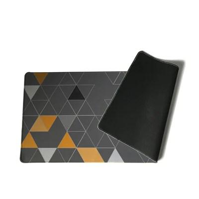 grand tapis de souris design triangulaire