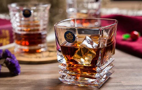 verre a whisky base striee