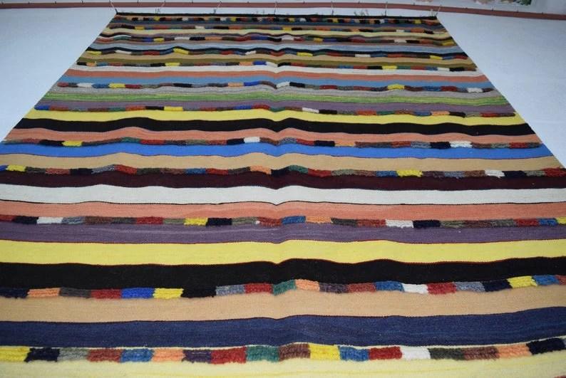 tapis rouge marocain kilim motifs berberes noues a la main 175 265