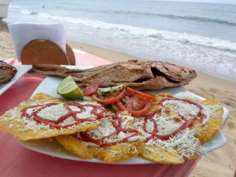Resultado de imagen para pescado frito con ensalada a la orilla del mar