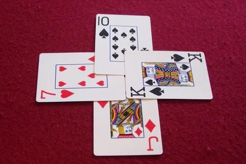 (在Whist中,通過在一輪所有人中擁有最高的牌來贏得花樣。)