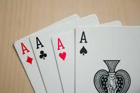 """(在遊戲""""紅色""""或""""黑色""""中,玩家(可以理解)猜測抽獎牌是否屬於 紅色或黑色西裝)"""